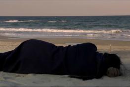 En la playa sola de noche cine divergente